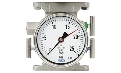 Wskaźnik ciśnienia roboczego dla bezpieczeństwa zbiornika jest połączony z blokiem zaworów.
